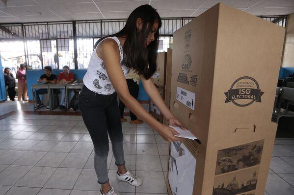 Urna vēlēšanu iecirknī Guajakilā, Ekvadora, 2017 - Sputnik Latvija
