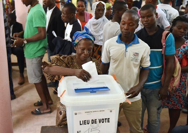Vēlēšanu iecirknī Leplato, Abidžanas centrālajā rajonā, 2016 - Sputnik Latvija