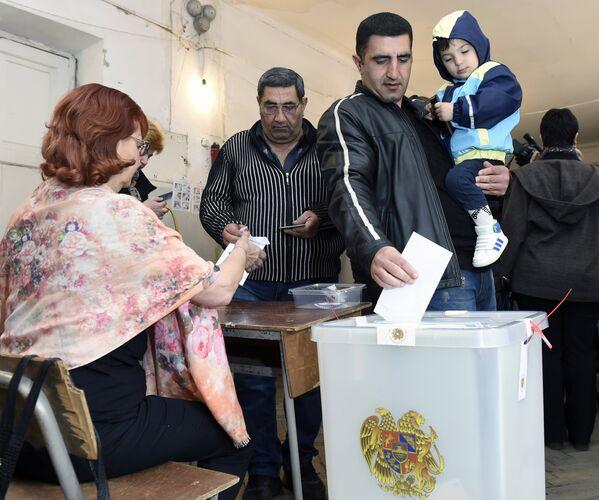 Vīrietis balso Nacionālās sapulces – Armēnijas parlamenta – vēlēšanās Erevānā, 2017 - Sputnik Latvija