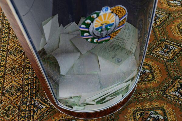Urna ar biļeteniem vēlēšanu iecirknī Uzbekistānas prezidenta vēlēšanās, 2016 - Sputnik Latvija