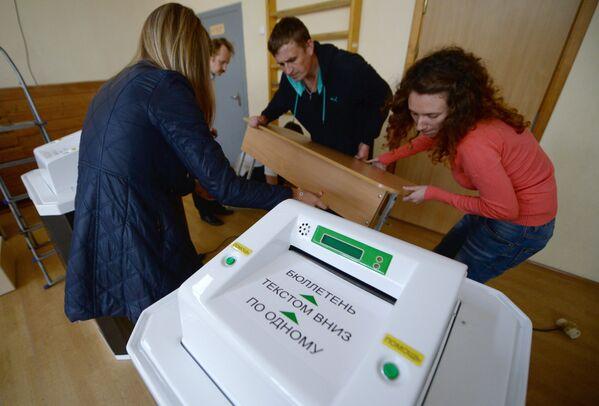 Vēlēšanu biļetenu apstrādes kompleksa pieslēgšana vēlēšanu iecirkņa sagatavošanas laikā Jekaterinburgā, 2016 - Sputnik Latvija