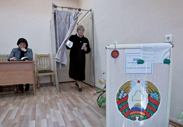 Vēlētājs vēlēšanu iecirknī iepriekšējās balsošanas laikā Baltkrievijas prezidenta vēlēšanās Minskā, 2015 - Sputnik Latvija