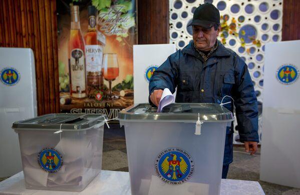 Balsošana parlamenta vēlēšanās Moldovā vēlēšanu iecirknī Kišiņevā, 2014 - Sputnik Latvija