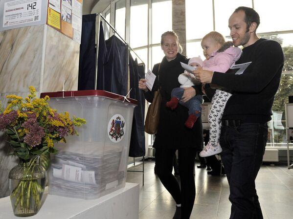Rīgas iedzīvotāji vēlēšanu iecirknī Latvijas Saeimas vēlēšanās, 2014 - Sputnik Latvija