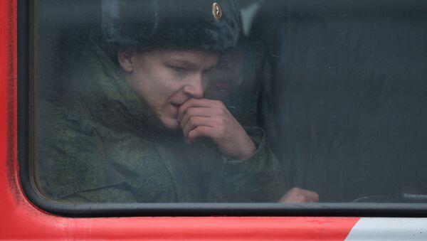 Российский военный в вагоне поезда - Sputnik Латвия