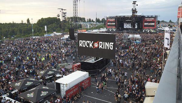 Эвакуация гостей рок-фестиваля Rock am Ring из-за террористической угрозы в немецком Нюрбурге, 3 июня 2017 - Sputnik Латвия