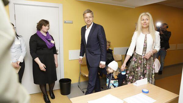 Мэр Риги Нил Ушаков с супругой и сыном - Sputnik Латвия