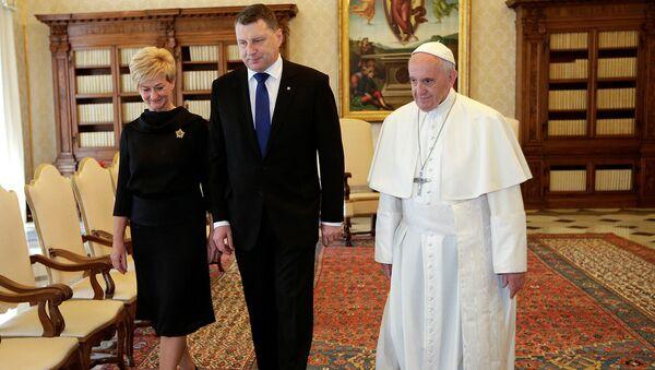 Президент Латвии Раймондс Вейонис и его супруга Ивета с Папой Римским Франциском во время встречи в Ватикане, 2 июня 2017 - Sputnik Латвия
