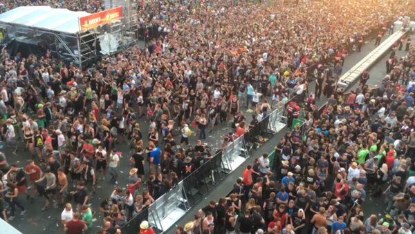 Эвакуация посетителей рок-фестиваля Rock am Ring в Германии - Sputnik Латвия