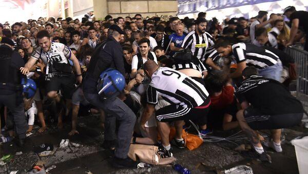 Давка в Турине на площади Сан-Карло после футбольного матча команд Ювентус и Реал Мадрид - Sputnik Латвия