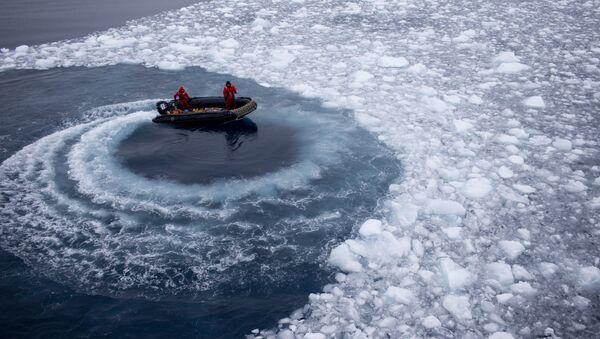 Чилийские моряки готовятся забрать ученых с корабля Aquiles и доставить их на базу Бернардо О'Хиггинс - Sputnik Латвия