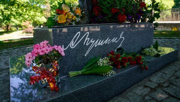 Цветы у подножия памятника Пушкину в Риге - Sputnik Латвия