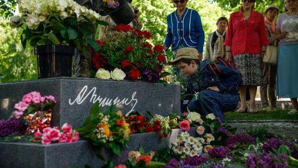 Мальчик возлагает цветы к памятнику Пушкину - Sputnik Латвия