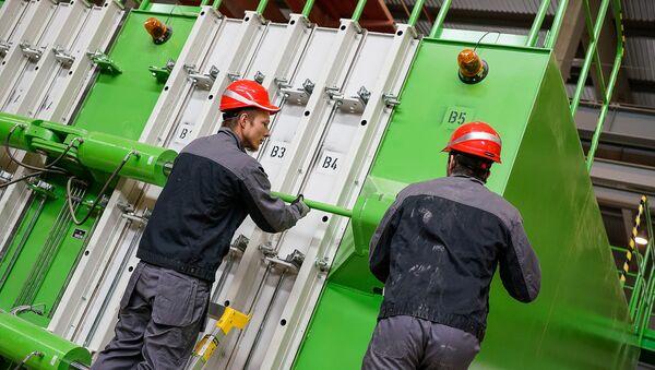 Рабочие готовят кассетную установку для производства железобетонных стеновых панелей - Sputnik Латвия
