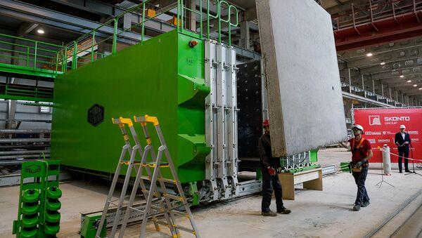 Готовая стеновая панель перемещают на склад - Sputnik Латвия