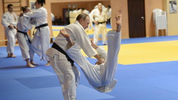 Президент России Владимир Путин на тренировке с членами сборной команды России по дзюдо - Sputnik Латвия