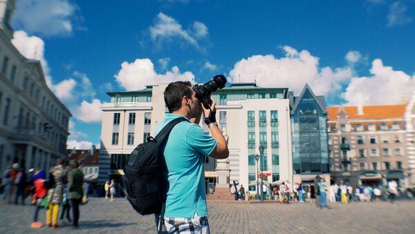Мужчина с фотоаппаратом на Ратушной площади - Sputnik Латвия
