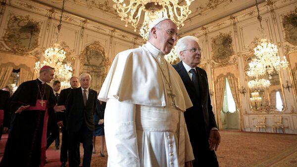 Папа Франциск и президент Италии Серджо Маттарелла во время официальной встречи в президентском Квиринальском дворце в Риме - Sputnik Латвия