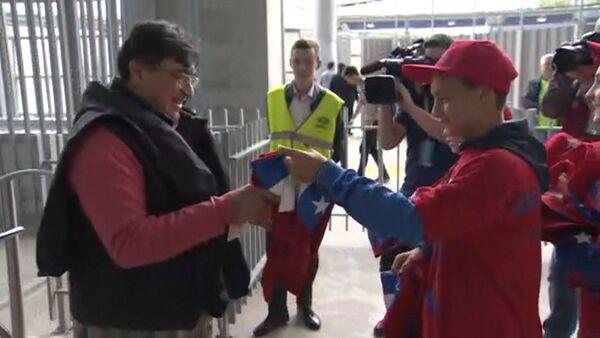 Дети вручили подарки фанатам из Чили - Sputnik Латвия