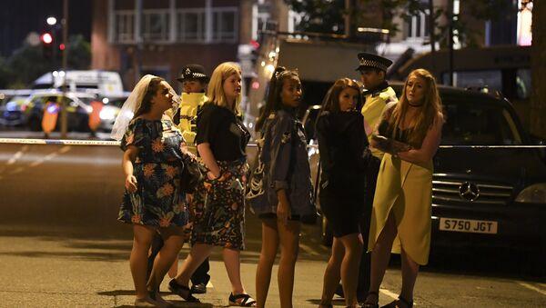 Женщины стоят перед полицейским оцеплением в Лондон 4 июня 2017 года, после террористической атаки на Лондон - Sputnik Латвия