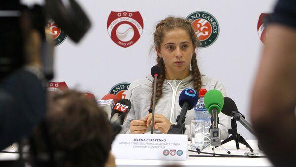 Латвийская теннисистка Елена Остапенко во время пресс-конференции - Sputnik Латвия