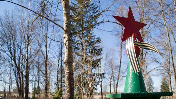 Могила красноармейца на городском кладбище в Йыхви - Sputnik Latvija