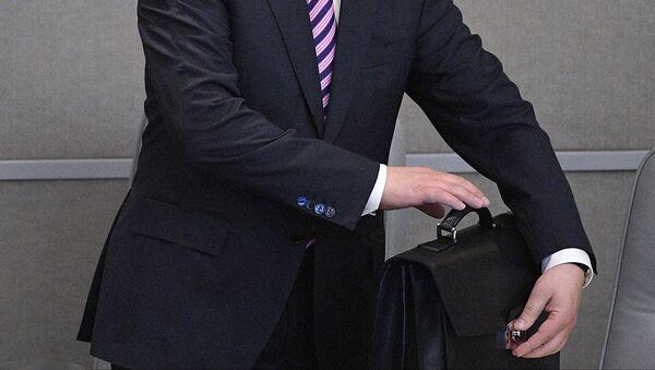 Мужчина застегивает портфель - Sputnik Latvija