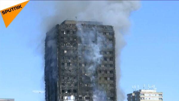 Spēcīgs ugunsgrēks dzīvojamajā daudzstāvu ēkā Londonā - Sputnik Latvija