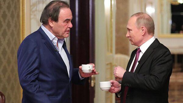 Krievijas prezidents Vladimirs Putins un amerikāņu kinorežisors Olivers Stouns intervijas laikā - Sputnik Latvija
