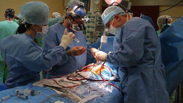 Хирурги проводят операцию на открытом сердце - Sputnik Латвия