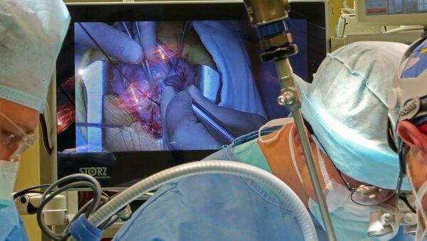 Хирурги проводят операцию на открытом сердце - Sputnik Latvija
