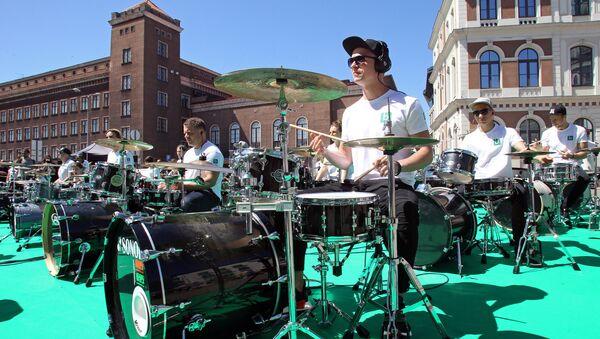 Выступление барабанщиков Школы ударных инструментов имени Анджея Граудса на Ратушной площади Риги - Sputnik Латвия