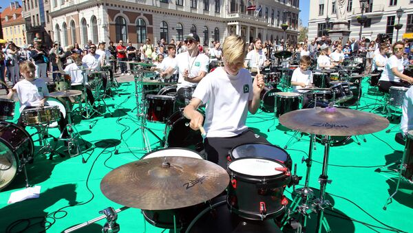 Выступление барабанщиков Школы ударных инструментов имени Анджея Граудса на Ратушной площади Риги - Sputnik Latvija