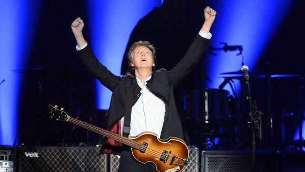 Британский музыкант и бывший участник Битлз Пол Маккартни выступает на сцене на стадионе Берси в Париже 30 мая 2016 года - Sputnik Латвия