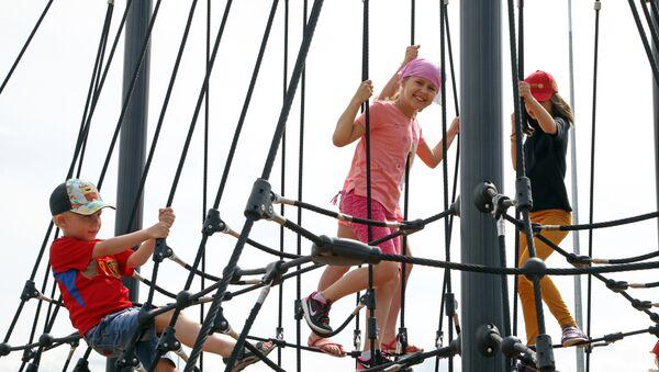 Открытие грандиозной детской площадки в центре Риги - Sputnik Латвия
