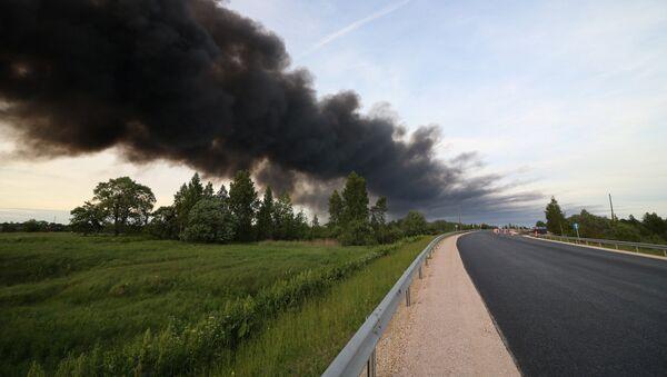 Дым от пожара на станции сортировки и переработки мусора в Юрмале - Sputnik Латвия