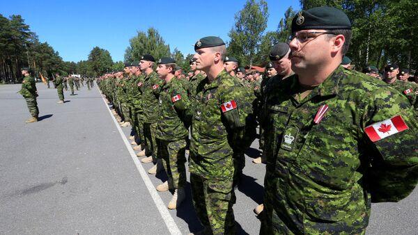 Солдаты канадской армии на церемонии открытия ФПП НАТО в Адажи - Sputnik Latvija