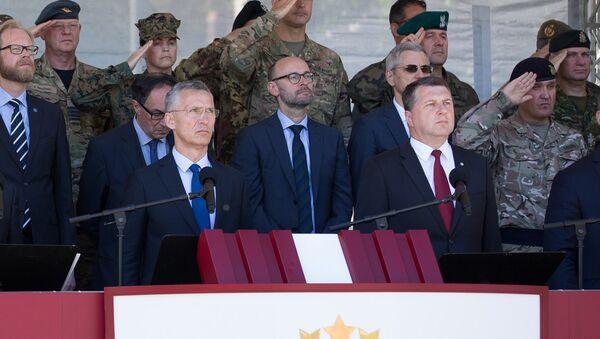 Генсек НАТО Йенс Столтенберг и президент Латвии Раймондс Вейонис (на первом плане) на церемонии развертывания многонационального батальона НАТО в Латвии - Sputnik Латвия