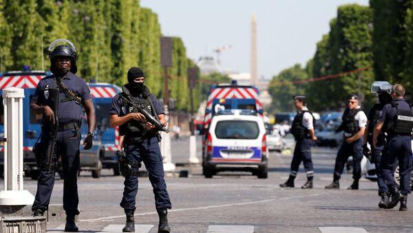 Французские полицейские в оцеплении на Елисейских полях после инцидента в Париже - Sputnik Латвия