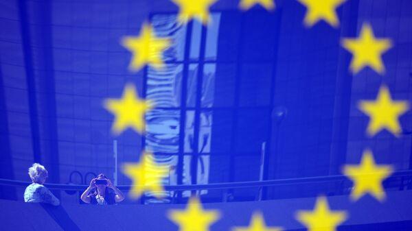 Туристы в отражении эмблемы ЕС - Sputnik Latvija