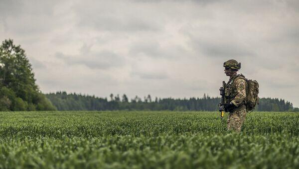 Военный во время учений - Sputnik Латвия