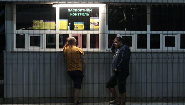 Граждане Украины на международном пункте пропуска через украинско-польскую границу - Sputnik Latvija