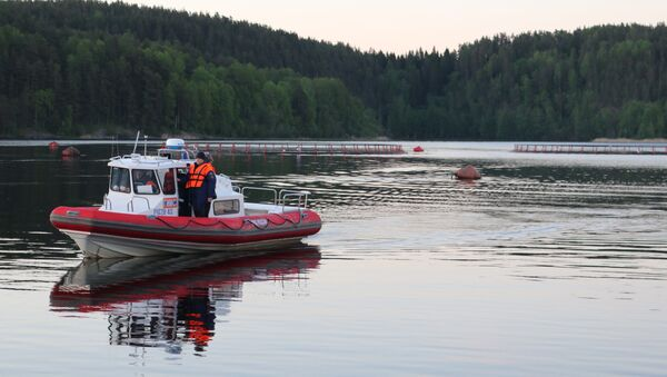 ЧП с перевернувшейся лодкой с подростками на Ладожском озере - Sputnik Латвия