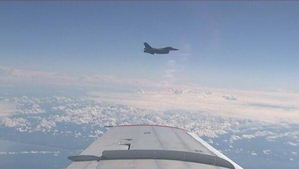NATO iznīcinātājs pietuvojies Krievijas aizsardzības ministra lidmašīnai - Sputnik Latvija