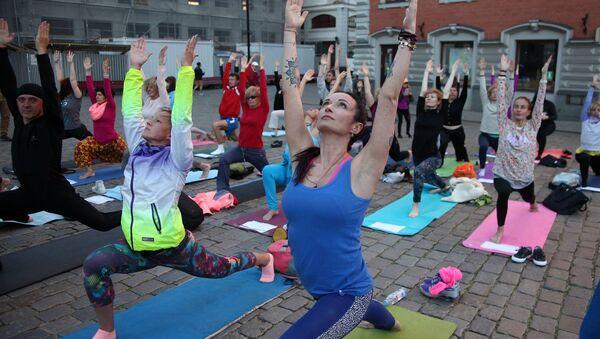 Международный день йоги на Ратушной площади Старой Риги - Sputnik Латвия