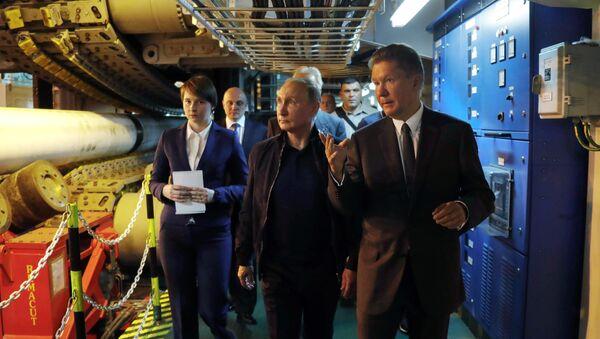 Президент РФ Владимир Путин и председатель правления ПАО Газпром Алексей Миллер (справа) во время осмотра судна-трубоукладчика Пиониринг Спирит - Sputnik Латвия