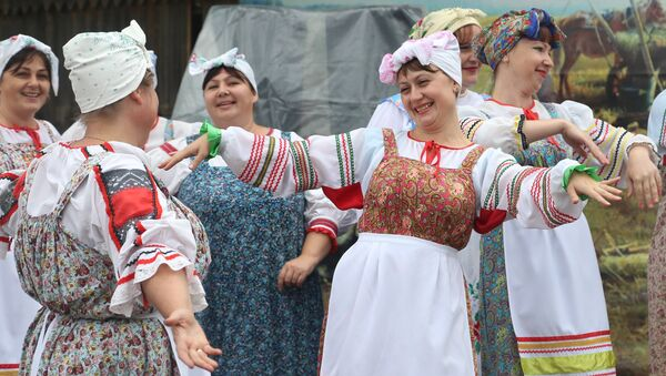 Женщины в русских национальных костюмах - Sputnik Латвия