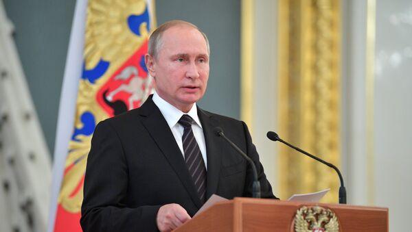 Президент РФ В. Путин встретился с выпускниками высших военных учебных заведений России - Sputnik Латвия