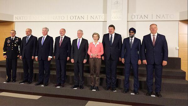 NATO valstu aizsardzības ministri parakstījuši deklarāciju par alianses bataljonu dislokāciju Baltijas valstīs un Polijā - Sputnik Latvija