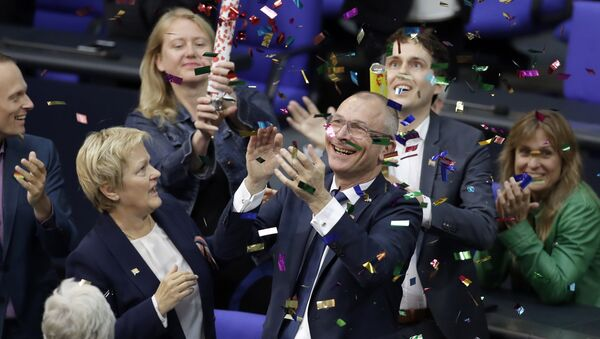 Члены зеленой партии празднуют принятие закона об однополых браках в Бундестаге - Sputnik Latvija